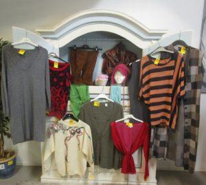 Skåp med kläder på Gengåvan